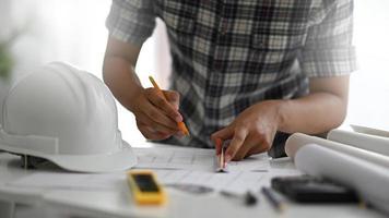 een ontwerper tekent voor een interieur op een bureau. foto