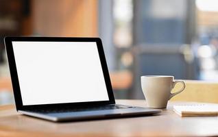 mockup leeg scherm laptop met koffie en notebook op tafel, foto