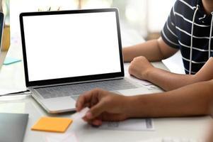 bijgesneden opname van een groep ontwerpers die aan een laptop werken. foto