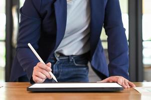 zakenvrouw met behulp van een digitale tablet op tafel. foto