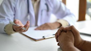 medisch concept, patiënten luisteren naar advies van medische professionals. foto