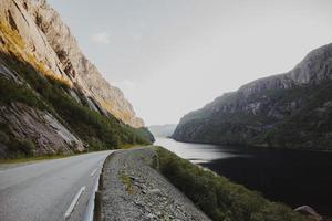 weg omgeven door bergen foto