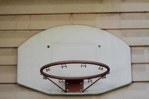 oud basketbalbord en mand foto