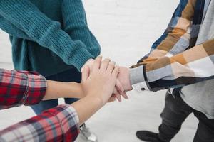 tiener handen in elkaar foto