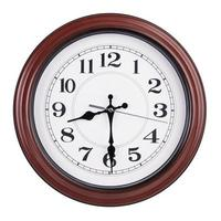 ronde klok toont de helft van de negende foto