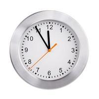 ronde klok toont vijf minuten voor twaalf foto