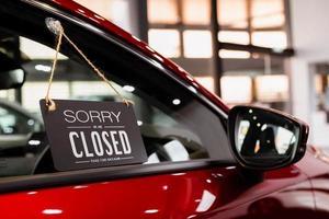 open auto met rode auto in dealer voor deur auto-ideeën ontgrendel vrijheid toeristisch reizen voor lifestyle klant van verkoper teken welkom nieuwe normol tijdens coronavirusziekte covid-19 ontgrendel lockdown foto