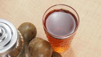 monniksvrucht of luo han guo. gedroogd fruit voor een gezonde zoetstofdrank. foto