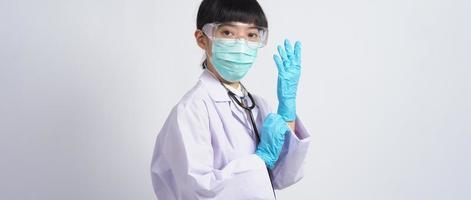 handschoenen dragen. aziatische arts draagt blauwe rubberen nitrilhandhandschoen. foto