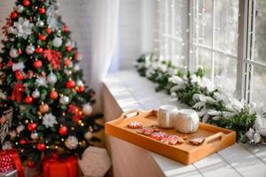 prachtig kerstfeestelijk interieur in een landhuis op kerstavond foto