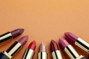 bovenaanzicht lipsticks arrangement met kopie ruimte foto