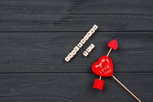 Valentijnsdag. hart doorboord door pijl op houten tafel achtergrond foto