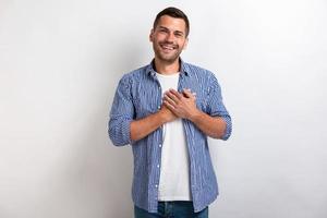 man met liefdesgebaar raakt zijn armen op de borst in de studio. - afbeelding foto