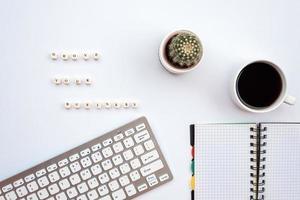 een inscriptie Grove uw bedrijf op het witte bureau naast een briefpapier foto