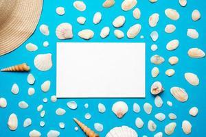 schelpen met kopie ruimte voor tekst op blauw papier achtergrond. bovenaanzicht sjabloon voor uw ontwerp. foto