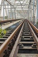spoorlijn op brug foto