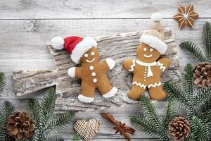 zelfgemaakte peperkoek kerstkoekjes op houten tafel. foto