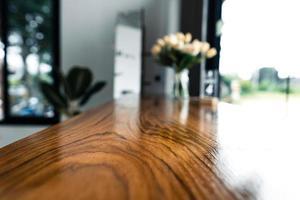 houten tafel en bloemen in een coffeeshop foto