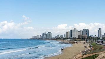 zeegezicht en wolkenkrabbers op de achtergrond in tel aviv, israël. foto