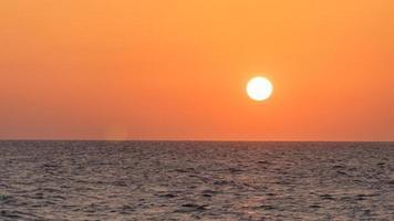 prachtige zonsondergang aan de Middellandse Zee op het strand in Tel Aviv, Israël 2020. foto