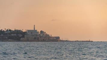 uitzicht op oude jaffa van de zee op de zonsondergang in tel aviv, israël foto