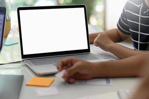 professionele ontwerper met mockup laptop leeg scherm in modern kantoor. foto