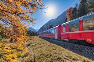 Bernina Zwitserse rode trein in de herfst foto