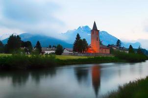 kerk van het zwitserse dorp sils maria in de vallei van engadin foto