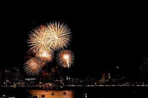 veel knipperend vuurwerk met nacht stadsgezicht achtergrond vieren nieuwjaar. foto