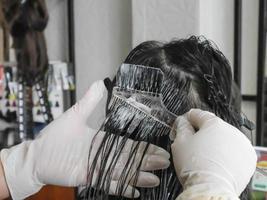 professionele kapper die haar kleurt in de salon foto
