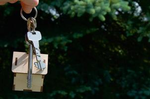 sleutels huis op groene achtergrond huur huis foto