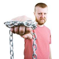 bebaarde man met een ketting om de vuist foto
