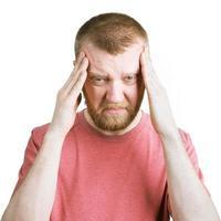 bebaarde man houdt zijn hoofd vast foto