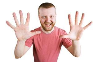 man toont twee handen met vingers foto