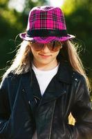 meisje in leren jas en hoed foto