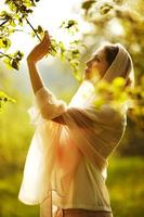 gelukkige vrouw in een zomertuin foto