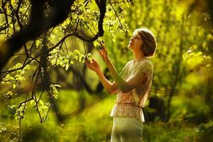 mooie oudere vrouw in de tuin foto
