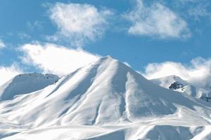 bergen met sneeuw skiwegen en bomen foto