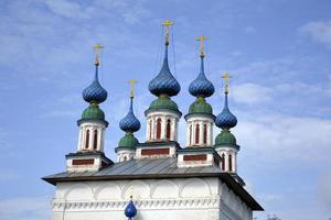 kerkkoepels met kruisen. witte stenen tempel. foto