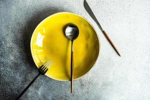 minimalistische tafelsetting met bord en bestek foto