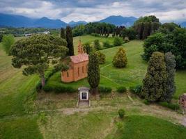 drone-weergave van de rode kerk van pomelasca foto