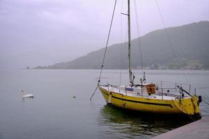 regenachtige dag aan het meer foto