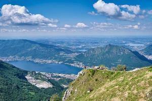 mannen lopen op de bergtop met prachtig panorama op de achtergrond foto