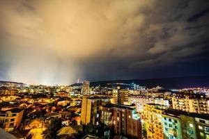 dramatische lucht met verlichting in tbilisi foto