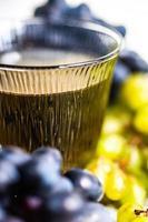 Georgische witte droge tibaani-wijn foto