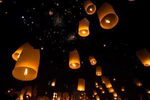 drijvende lantaarn in yee peng festival loy krathong, boeddhistische drijvende lantaarns naar de boeddha in sansai district chiang mai thailand foto