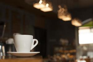 kopje koffie met schotel tafel foto