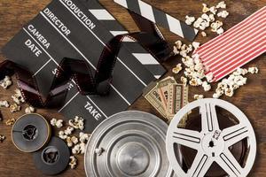 negatieven en filmstrepen met filmklapper foto