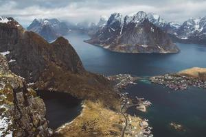 schilderachtig landschap van de Lofoten-eilanden - pieken, meren, huizen foto