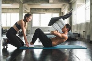 paar liefde jonge fitness man en vrouw workout oefening samen. gewicht opleiding en cardio programma concept. foto